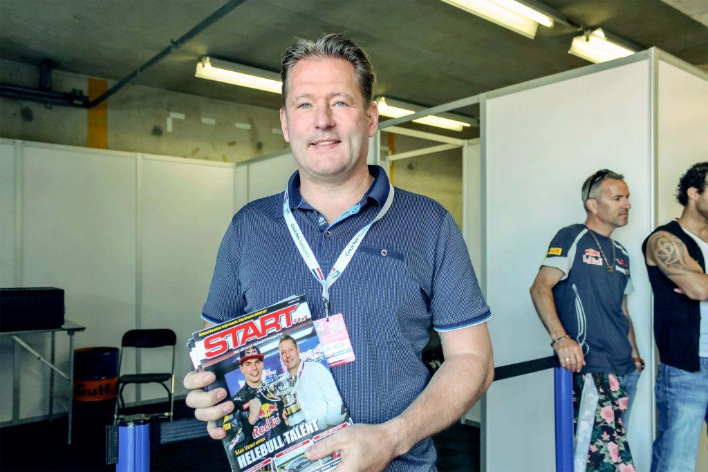 Foto van Jos Verstappen. Jos houdt voor zijn buik een exemplaar van Start'84 (editie juni 2016) waarin een artikel over Max Verstappen staat.