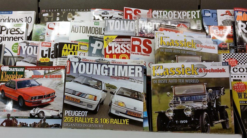 Foto autobladen en magazines in de verkoop bij een kiosk