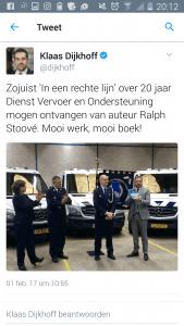 Screenshot van het twitterbericht dat staatssecretaris Klaas Dijkhoff van het ministerie van Veiligheid en Justitie de wereld in stuurde na de overhandiging van 'In een rechte lijn' aan hem door de auteur Ralph Stoove.