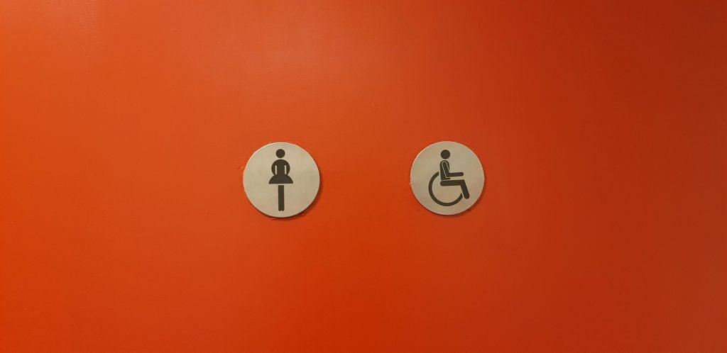 foto van mindervalidentoilet ingebouwd in damestoilet is niet genderneutraal ontdekte Ralph Stoove
