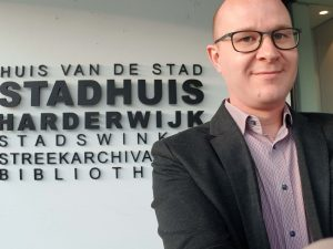 Ralph Stoove ging bij de fractie van de Christen Unie van Harderwijk langs om een pleidooi te geven over de noodzaak van meer openbare toiletten in de Gemeente Harderwijk