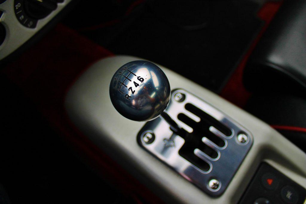 Foto gemaakt door Ralph Stoove van het verchroomde schakelpatroon van de zesversnellingsbak in de Ferrari 360 Modena