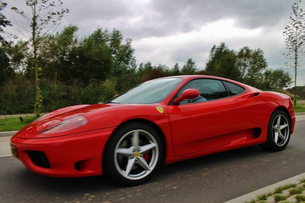 Actiefoto door Ralph Stoove van de Ferrari 360 Modena tijdens de rijtest