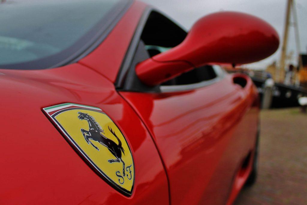 Foto van het schild van Ferrari met de Cavallino rampante en de kleuren van Modena op de Ferrari 360 Modena