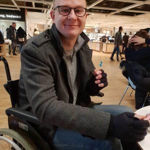 Foto van mijn eerste uitstapje met de opvouwbare rolstoel naar de IKEA vanwege de reuma van het soort ziekte van bechterew