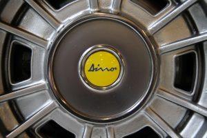 Dino-logo-van-Ferrari 308 GT4 Dino door Cees Stokman van Passion 4 Classics voor Ragasto