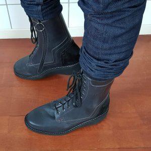 Eindresultaat van orthopedische schoenen aan mijn voeten met rits en carbonfiber enkelverstijving artrodesekoker