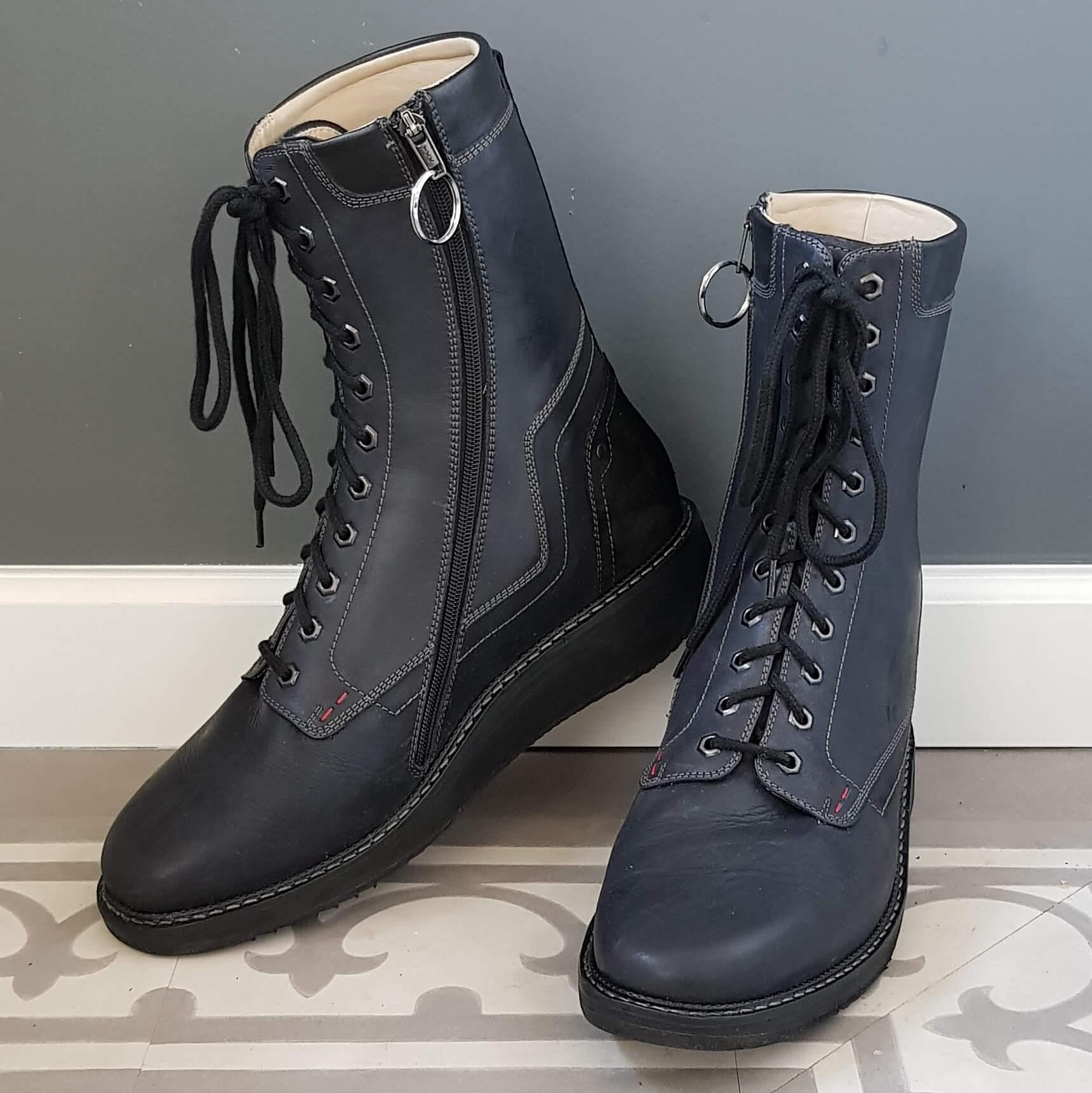 82be54a76c1 Eindresultaat van orthopedische schoenen met rits en koolstofvezel  enkelverstijving zoolverstijving en afwikkelvoorziening