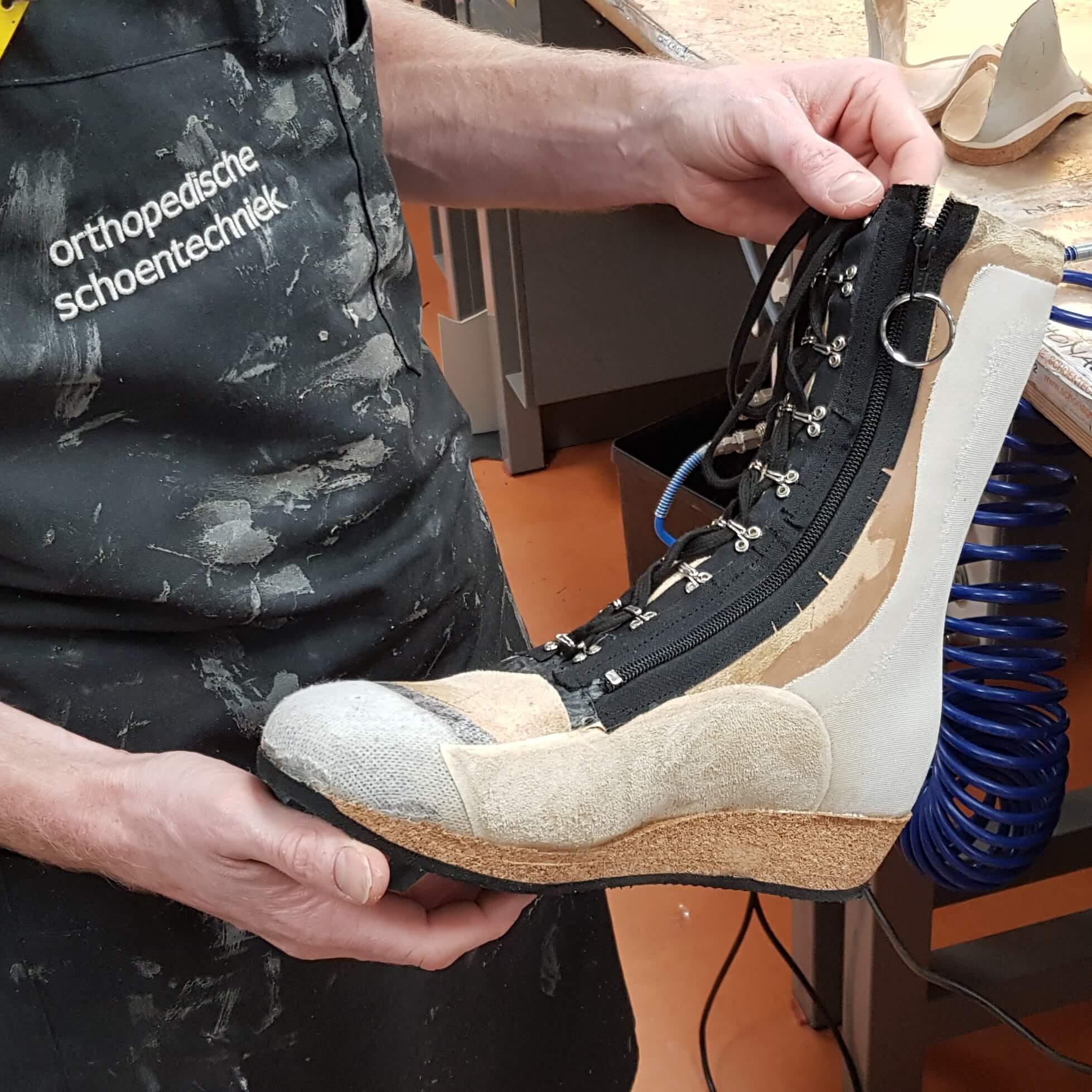 ef43cb86393 Orthopedisch schoentechnicus laat trots mijn proefschoenen zien die mijn orthopedische  schoenen gaan worden