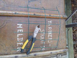 stap 1 van stoofs moestuin steuntjes is het nemen van een restant grof gaaswerk en een kniptang of nijptang