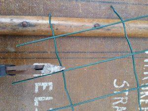 stap 2 van stoofs moestuin steuntjes is het knippen van twee boven elkaar staande dus dubbele T stukken