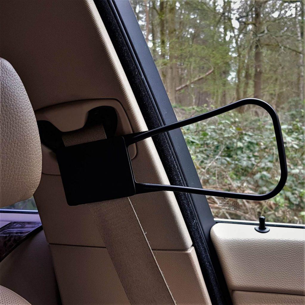 Met de ziekte van bechterew autorijden voor het echie dankzij gordelhulp seat belt reacher om autogordels om te doen