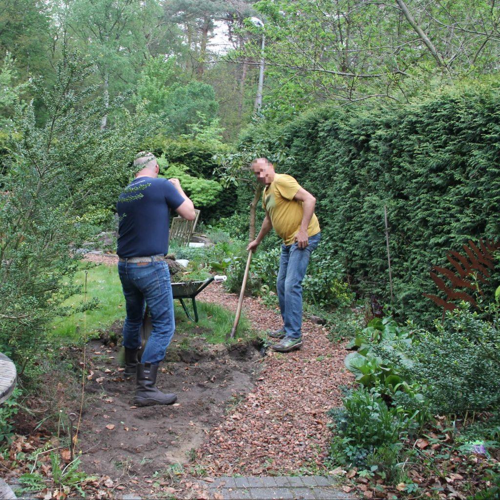 Voor het rolstoeltoegankelijk maken van het tuinpad ivm mijn ziekte van Bechterew haalden collegae het oude grindpad eruit