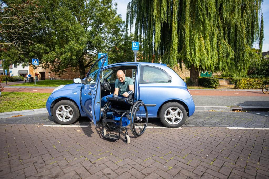 Foto gemaakt door Stefan Verkerk voor De Stentor van Ralph Stoove die transfer maakt van auto naar rolstoel