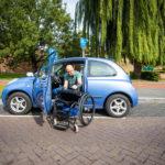 Foto gemaakt door Stefan Verkerk voor De Stentor van Ralph Stoove die transfer maakt van auto naar rolstoel voor artikel over rollen met hindernissen