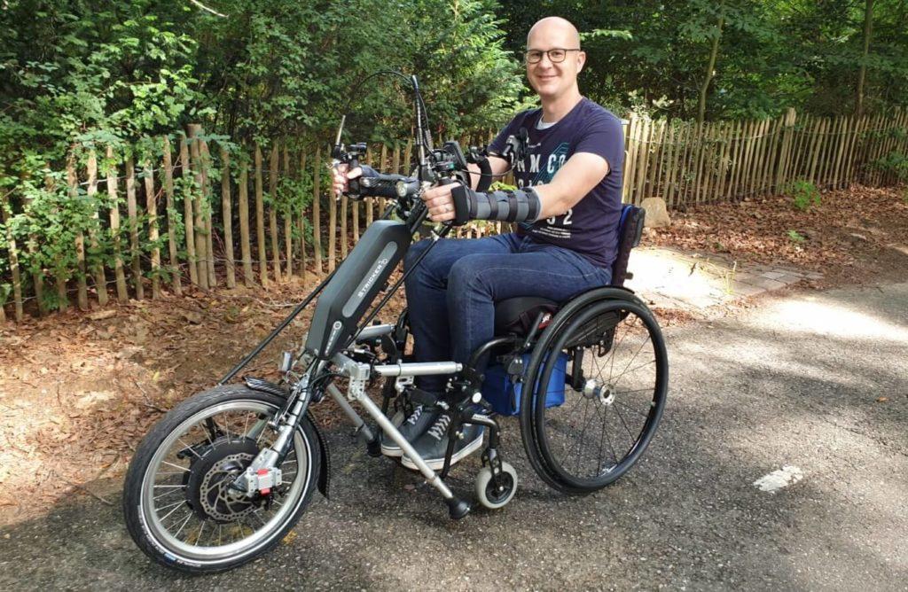 Foto van Ralph Stoove in zijn rolstoel met handbike