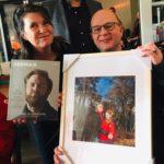 Herman magazine over testosteron wordt door fotograaf Sarah Wong met foto overhandigd aan Ralph Stoové