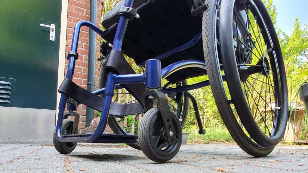afbeelding van voorwieltjes en balhoofden aan het voorframe van een rolstoel van het type TNS Notos