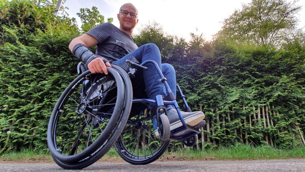 Afbeelding van Ralph Stoové die een wheelie maakt met zijn TNS Notos rolstoel