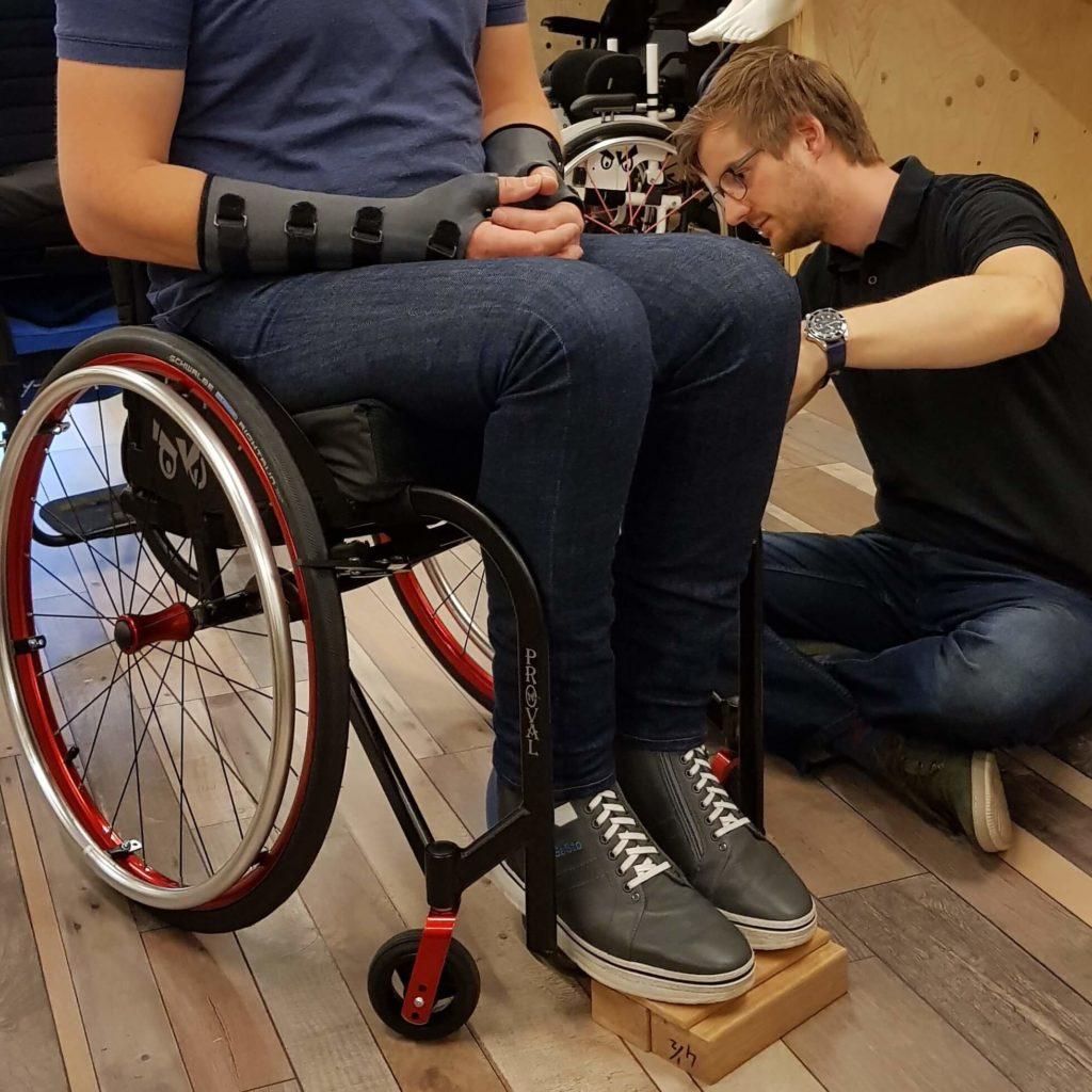 De hoek van de ergozit in een maatwerk rolstoel van TNS wordt heel precies opgemeten