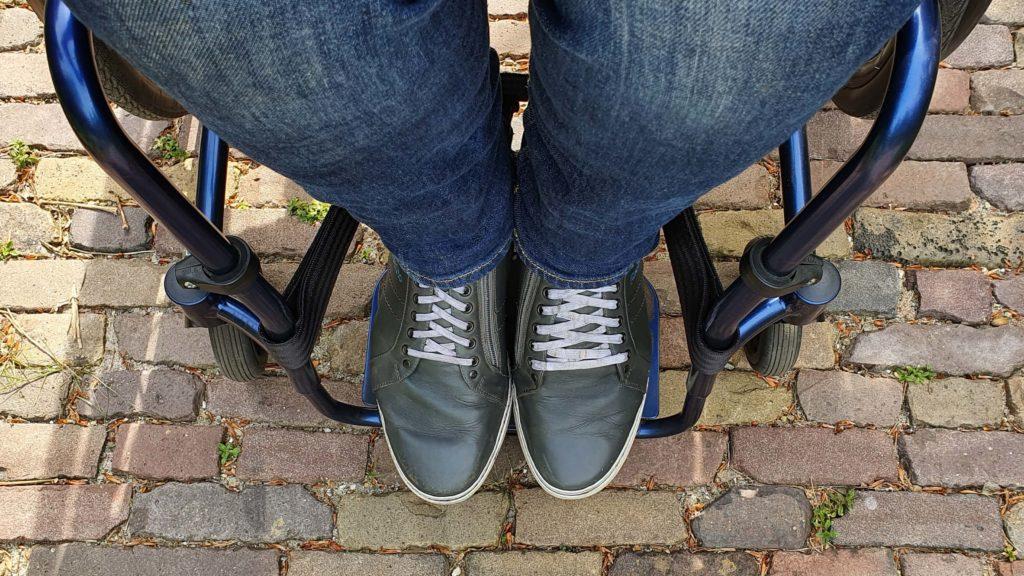 afbeelding van frame inset van een voorframe van een rolstoel zodat ik met mijn orthopedische schoenen voldoende steun heb