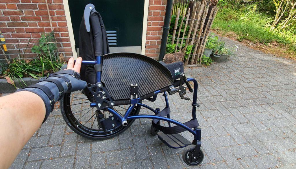 Afbeelding van een rolstoel frame met in dit geval een vastframe rolstoel waarop de extra verstevigingsbuis zichtbaar is van dit boxframe in de TNS Notos