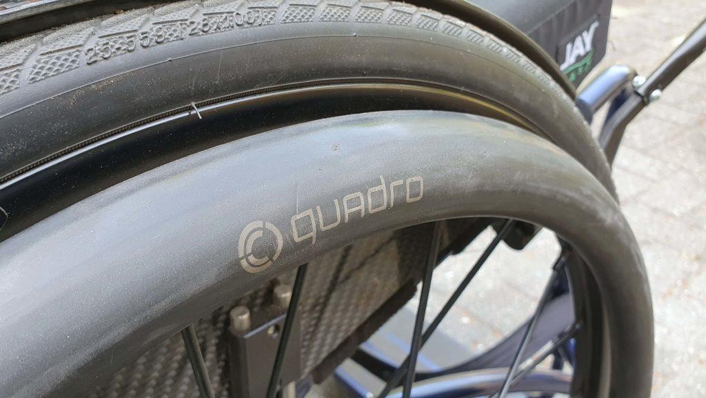 Afbeelding van eivormige ergonomische hoepels van Carbolife Quadro op Spinergy rolstoelwielen