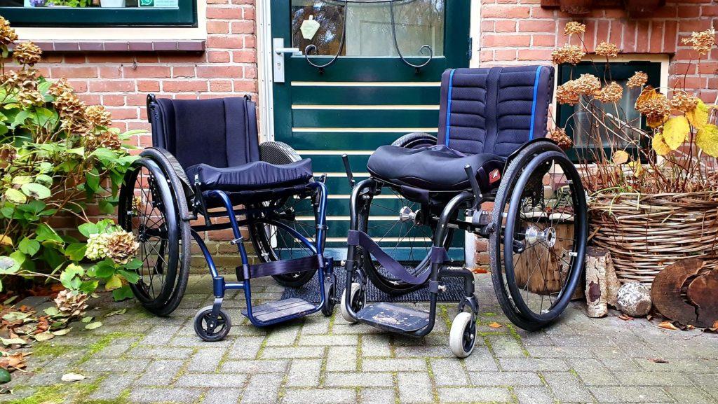 Afbeelding van twee rolstoelen met links de maatwerk TNS Notos rolstoel en rechts de fabrieksrolstoel Quickie Argon2