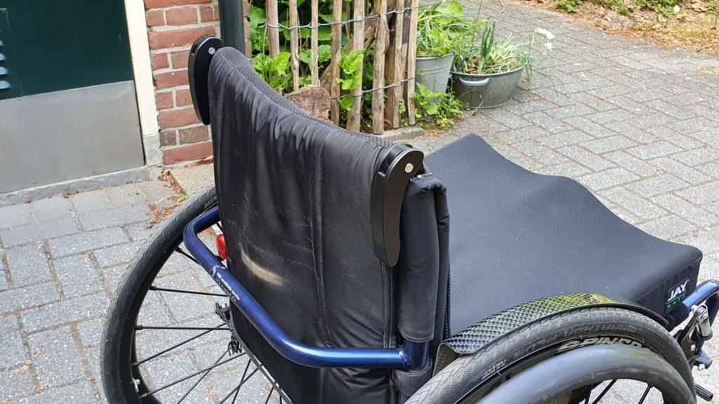 Afbeelding van ingeklapte duwhandvatten op een TNS Notos rolstoel
