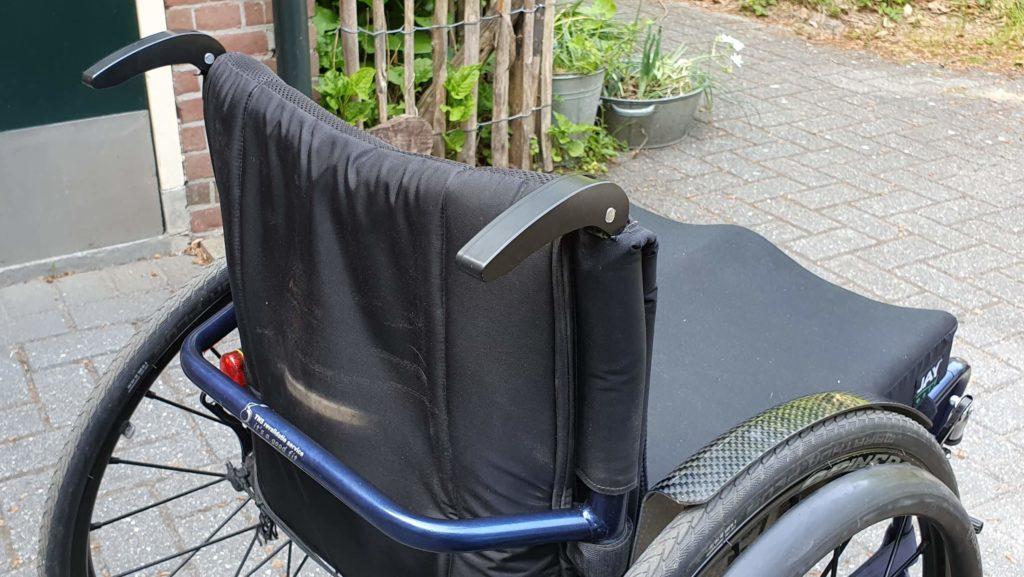 Afbeelding van uitgeklapte duwhandvatten op een TNS Notos rolstoel