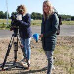 Cameravrouw en verslaggever Britt Lap met microfoon interviewt Ralph Stoové voor SBS6 Hart van Nederland
