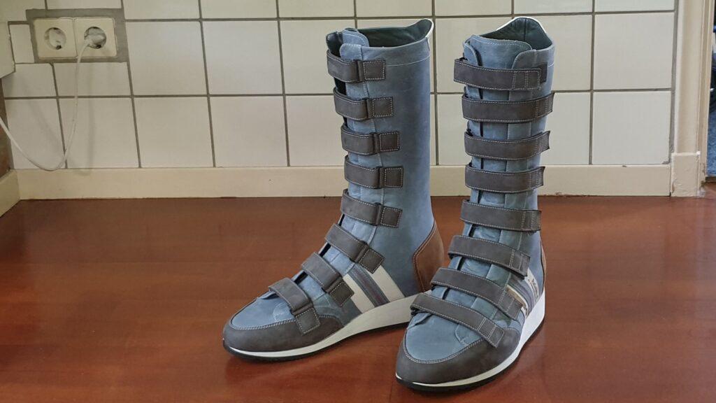 Hoge orthopedische schoenen met klittenband en artrodesekoker spalken in blauw en grijs leer