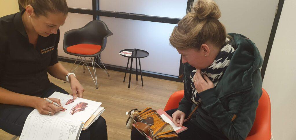 foto van de orthopedisch schoenmaker die samen met marjoleins creations en ik aan de hand van Pikolinos mijn orthopedische laarzen ontwerpen en kleuren leer uitzoeken