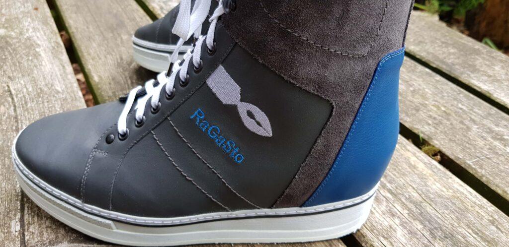 close up van orthopedische schoenen als model sneaker gemaakt door Schonagen met persoonlijke details zoals het logo, de blognaam en bedrijfsnaam van RaGaSto
