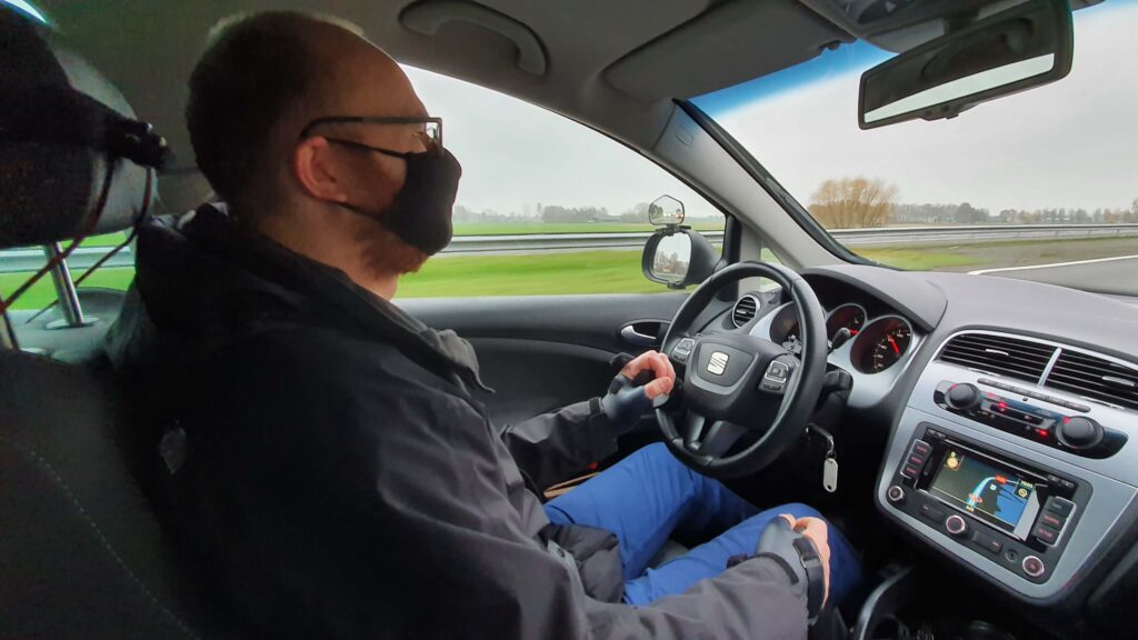 Ralph Stoove achter het stuur van een Seat Altea met handbediening