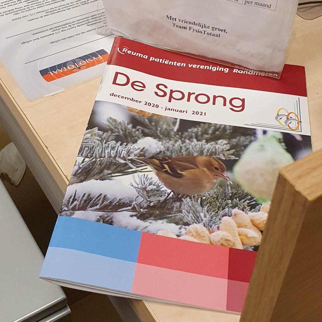 Het magazine van de reuma patiënten vereniging Randmeren, De Sprong, ligt op het bureau bij mijn fysiotherapeut van Fysio Totaal
