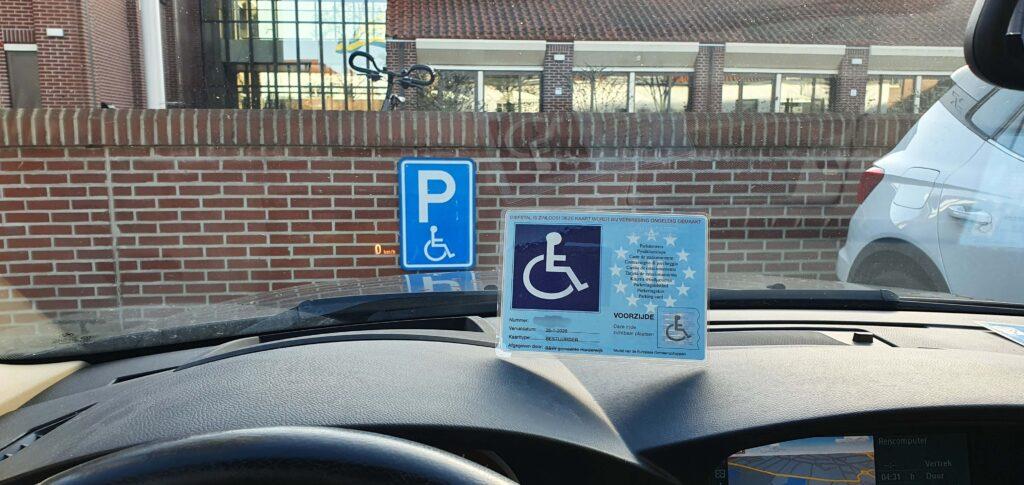 Afbeelding van een auto geparkeerd op een gehandicaptenparkeerplaats van het stadhuis van Harderwijk met een GPK of gehandicaptenparkeerkaart met een geldigheidsduur van vijf jaar
