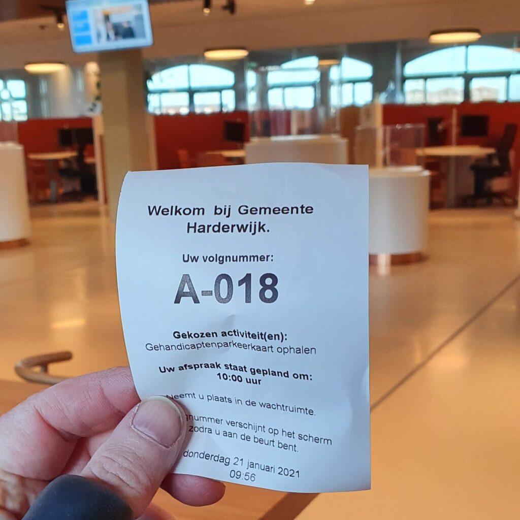 Afbeelding van een getrokken nummer om op mijn beurt te wachten in het stadhuis van Harderwijk bij het ophalen van mijn GPK of gehandicaptenparkeerkaart