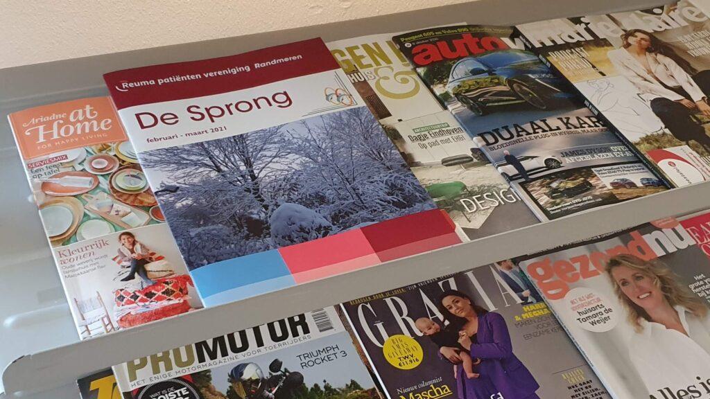 Afbeelding van magazine De Sprong met daarin de blog 'Bechie voor het echie' in een tijdschriftenrek bij fysiotherapiepraktijk FysioTotaal in Harderwijk