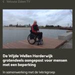 screenshot van Harderwijkse Zaken van interview met Ralph Stoové in rolstoel op een rolstoeltoegankelijke steiger in het gebied De Wijde Wellen in Harderwijk