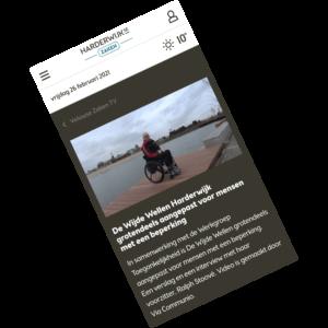 screenshot van artikel met Ralph Stoové in rolstoel die in De Wijde Wellen van Harderwijk op een rolstoeltoegankelijke steiger staat