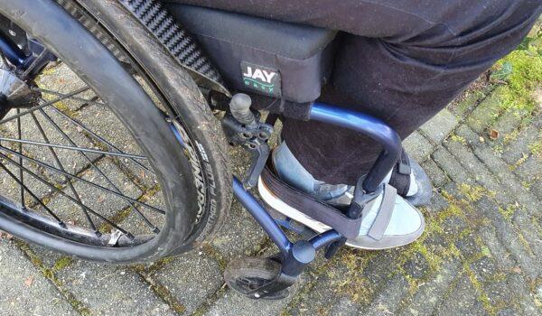 afbeelding van een Jay Easy Fluid rolstoelkussen in een maatwerk rolstoel van TNS