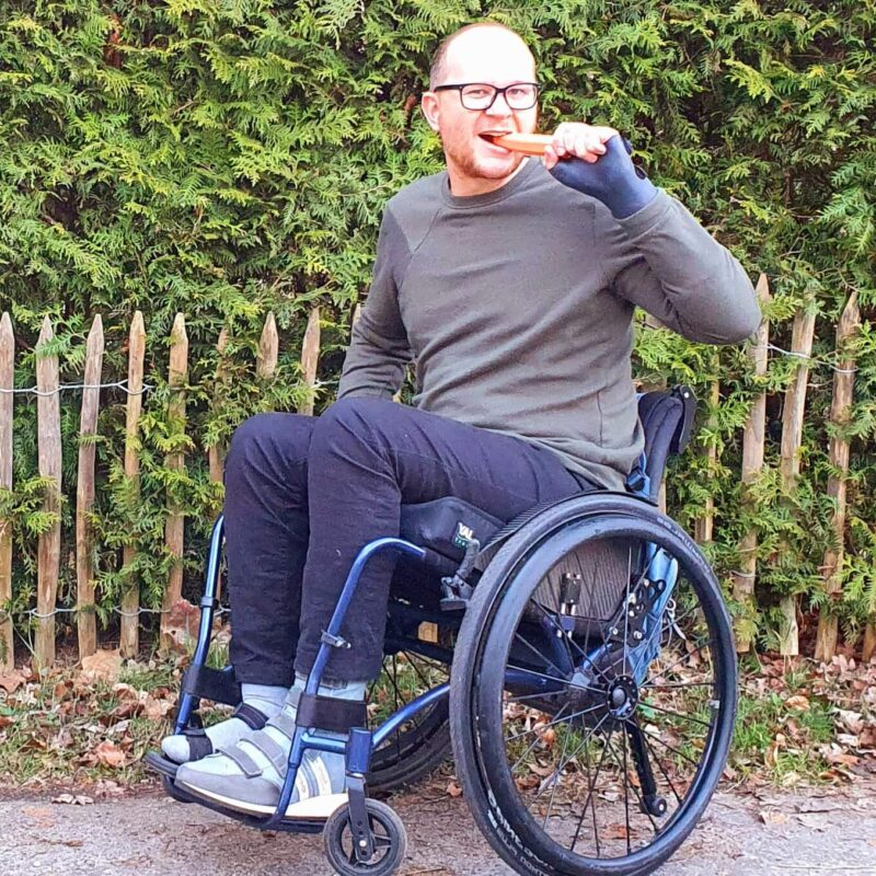 Saying the same thing to a glasses-user as to a wheelchair-user