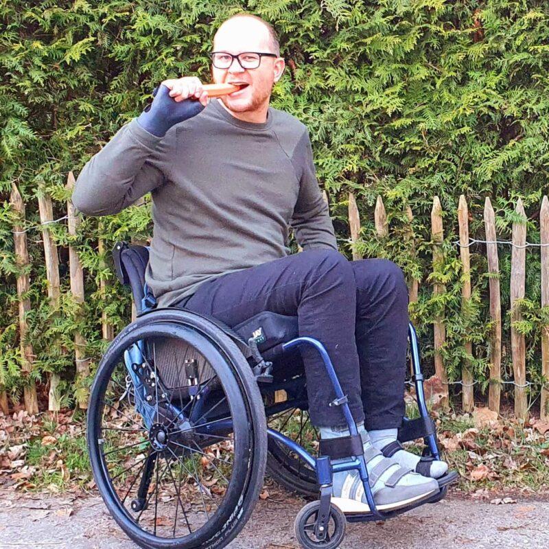 Tegen een brilgebruiker hetzelfde zeggen als tegen een rolstoelgebruiker