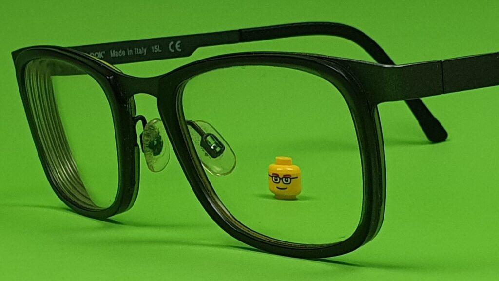 foto genomen door een echte bril van een lego hoofdje bedrukt als brilgebruiker