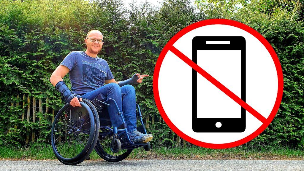 Links een actieve rolstoelgebruiker die een wheelie maakt, wijzend naar het symbool dat laat zien dat smartphones verboden zijn, wat symboliseert dat je met een rolstoel niet kan meedoen aan de SamenGezond App van Menzis