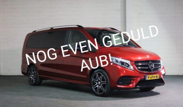 Afbeelding van een hyasintrode Mercedes-Benz V-klasse met de tekst 'Nog even geduld AUB!' omdat het langer duurt voor deze rolstoelbus wordt aangepast