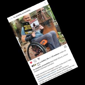 screenshot van het instagram account van FIA Disability and Accessibility Commission met daarop Ralph Stoove zittend in een rolstoel die het Nederlandse autosportmagazine START '84 leest in de tuin